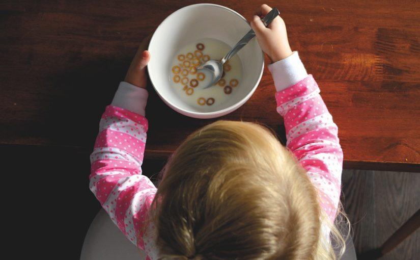 Cum învăţăm copiii să mănânce singuri
